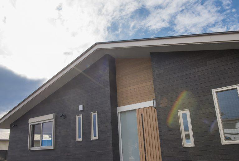 自然豊かな景観に映える、ゆったりとした平屋建ての家。